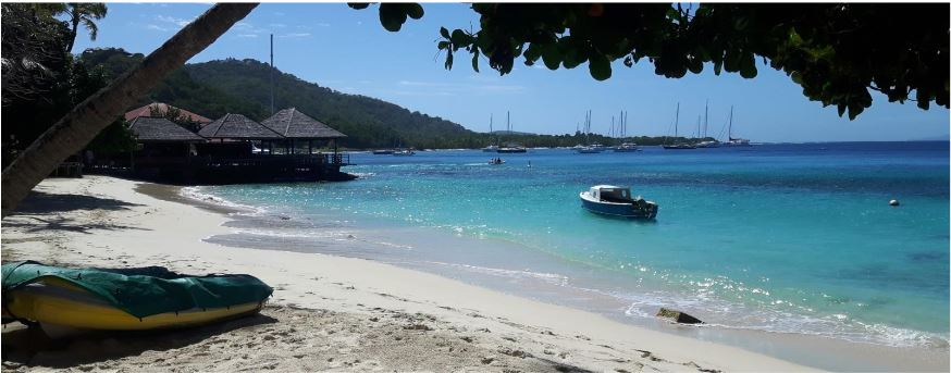 Mustique, Britannia Bay – Basil's Bar i jachy na bojach